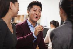 Бизнесмены имея встречу в офисе Стоковое Фото