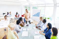 Бизнесмены имея встречу в офисе Стоковые Изображения