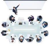 Бизнесмены имея встречу в офисе Стоковое фото RF