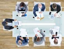 Бизнесмены имея встречу в офисе Стоковая Фотография