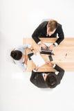 Бизнесмены имея встречу изолированную на белизне Стоковое Фото