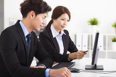 Бизнесмены имея встречу и смотря компьютер Стоковые Изображения