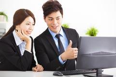 Бизнесмены имея встречу и смотря compute Стоковая Фотография