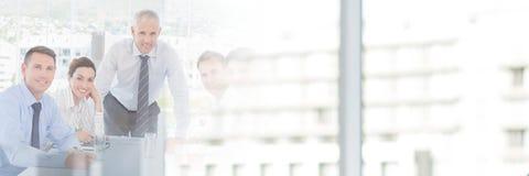 Бизнесмены имея встречу с переходной эффект зданий Стоковое Изображение RF