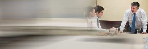 Бизнесмены имея встречу с переходной эффект Стоковые Изображения