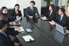 Бизнесмены имея встречу Стоковые Изображения RF