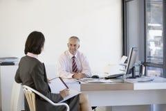 Бизнесмены имея встречу Стоковые Изображения