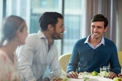 Бизнесмены имея завтрак Стоковое Фото