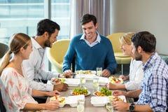 Бизнесмены имея завтрак Стоковая Фотография
