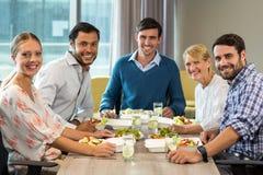Бизнесмены имея завтрак Стоковое Изображение RF