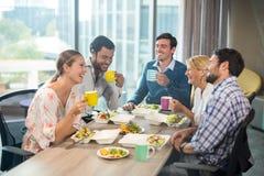 Бизнесмены имея завтрак Стоковые Изображения RF