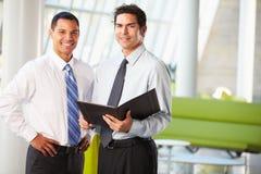 Бизнесмены имея неофициальное заседание в самомоднейшем офисе Стоковые Изображения RF