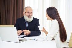 Бизнесмены имея неофициальное заседание в офисе Стоковая Фотография RF