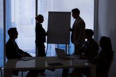 Бизнесмены имея обсуждение в конференц-зале стоковое изображение rf
