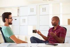 Бизнесмены имея обсуждение в офисе начинают вверх дело Стоковое Изображение RF