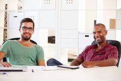 Бизнесмены имея обсуждение в офисе начинают вверх дело Стоковое фото RF