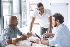 Бизнесмены имея обсуждение на встрече в офисе Стоковые Фото