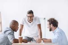 Бизнесмены имея обсуждение на встрече в офисе Стоковое Изображение