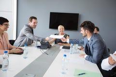 Бизнесмены имея обсуждение на деловой встрече Стоковое фото RF