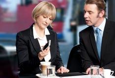 Бизнесмены имея обсуждение на кафе стоковые фото