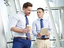 Бизнесмены имея обсуждение Стоковая Фотография RF