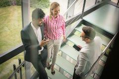 Бизнесмены имея переговор в офисе здания Бизнес Стоковая Фотография RF