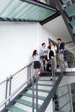 Бизнесмены имея переговор на офисном здании Стоковые Фотографии RF