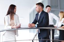 Бизнесмены имея пролом и говоря на террасе офисного здания Стоковые Фотографии RF