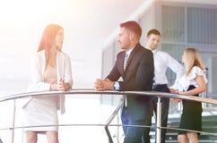 Бизнесмены имея пролом и говоря на террасе офисного здания Стоковые Изображения