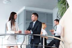 Бизнесмены имея пролом и говоря на террасе офисного здания Стоковое Изображение RF