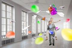Бизнесмены имея пролом в офисе Мультимедиа Стоковое Изображение