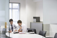 Бизнесмены имея селекторное совещание Стоковые Изображения RF