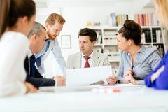 Бизнесмены имея собрание членов управления Стоковое фото RF