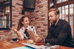 Бизнесмены используют цифровой планшет в кафе стоковое фото rf