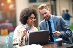 Бизнесмены используя компьтер-книжку к онлайн покупкам Стоковые Фотографии RF