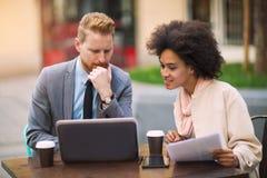 Бизнесмены используя компьтер-книжку на внешнем Стоковые Фото
