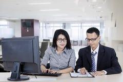 2 бизнесмены используя компьютер в офисе Стоковые Изображения