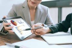 Бизнесмены используя передвижную цифровую таблетку Стоковые Изображения