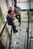 Бизнесмены используя цифровую таблетку в офисе здания Бизнес Стоковое Изображение