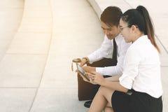 Бизнесмены используя цифровую таблетку на внешнем офисе Стоковые Изображения