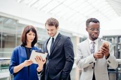 Бизнесмены используя цифровую таблетку на встрече Стоковая Фотография RF