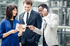 Бизнесмены используя цифровую таблетку на встрече Стоковые Изображения RF