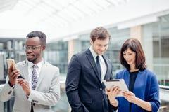 Бизнесмены используя цифровую таблетку на встрече Стоковые Фотографии RF