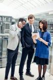 Бизнесмены используя цифровую таблетку на встрече Стоковое Фото