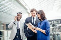 Бизнесмены используя цифровую таблетку на встрече Стоковая Фотография