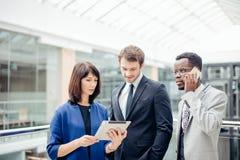 Бизнесмены используя цифровую таблетку на встрече Стоковое фото RF