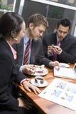 Бизнесмены используя компьтер-книжку во время их перерыва на чашку кофе Стоковое Изображение