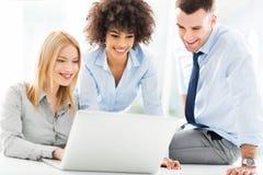 Бизнесмены используя компьтер-книжку совместно Стоковое Изображение RF