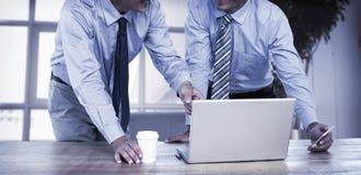 Бизнесмены используя компьтер-книжку Стоковые Изображения RF