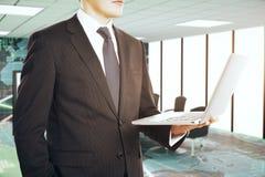 Бизнесмены используя компьтер-книжку Стоковое Изображение